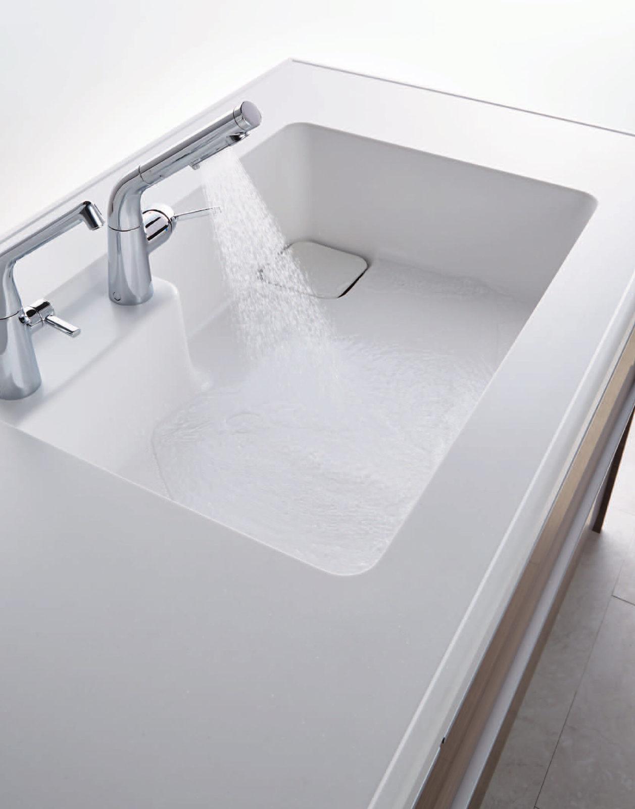 「排水口に向かって水がスイスイ流れるから、手間も省けて使いやすい。」