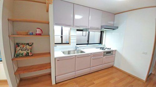 写真左側は造付けの可動棚、シンク上には水切りに便利なパイプ棚とした