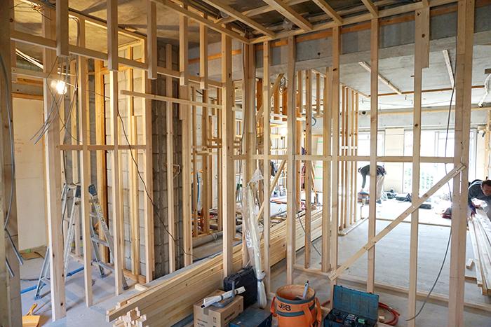 無数の木材が組まれた工事現場