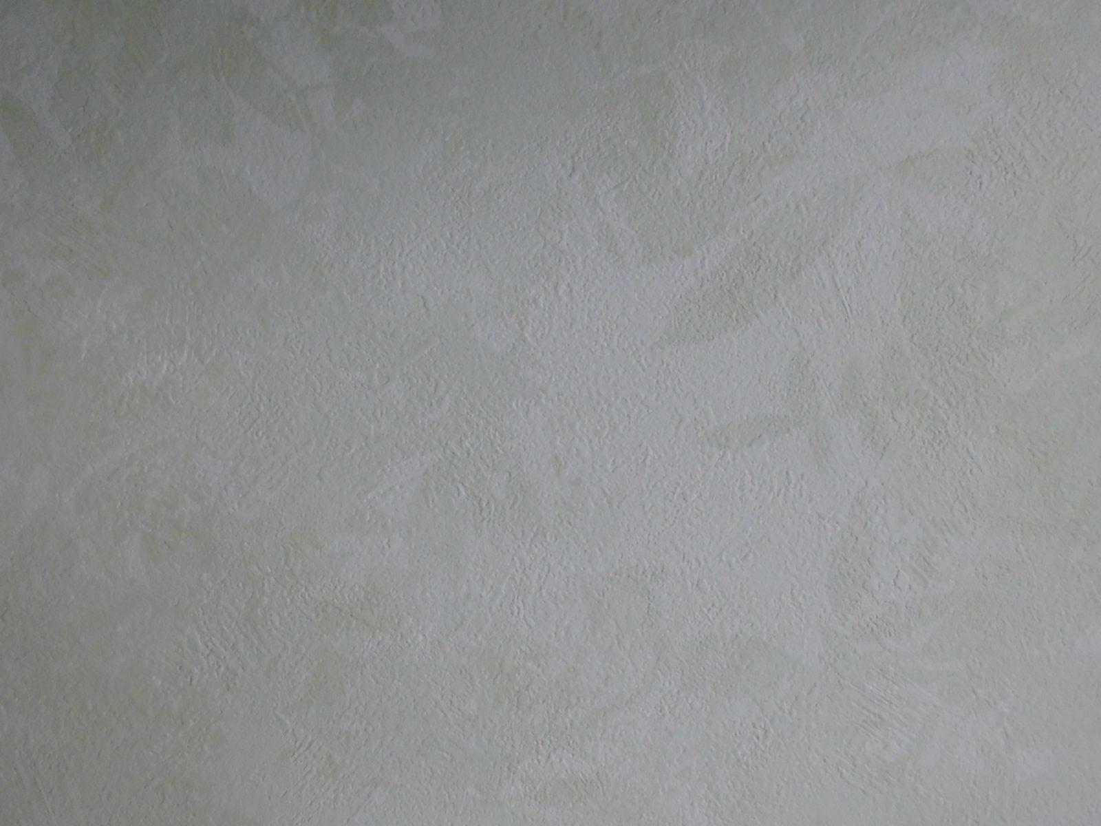 葉の模様がかわいらしい壁紙の洋室