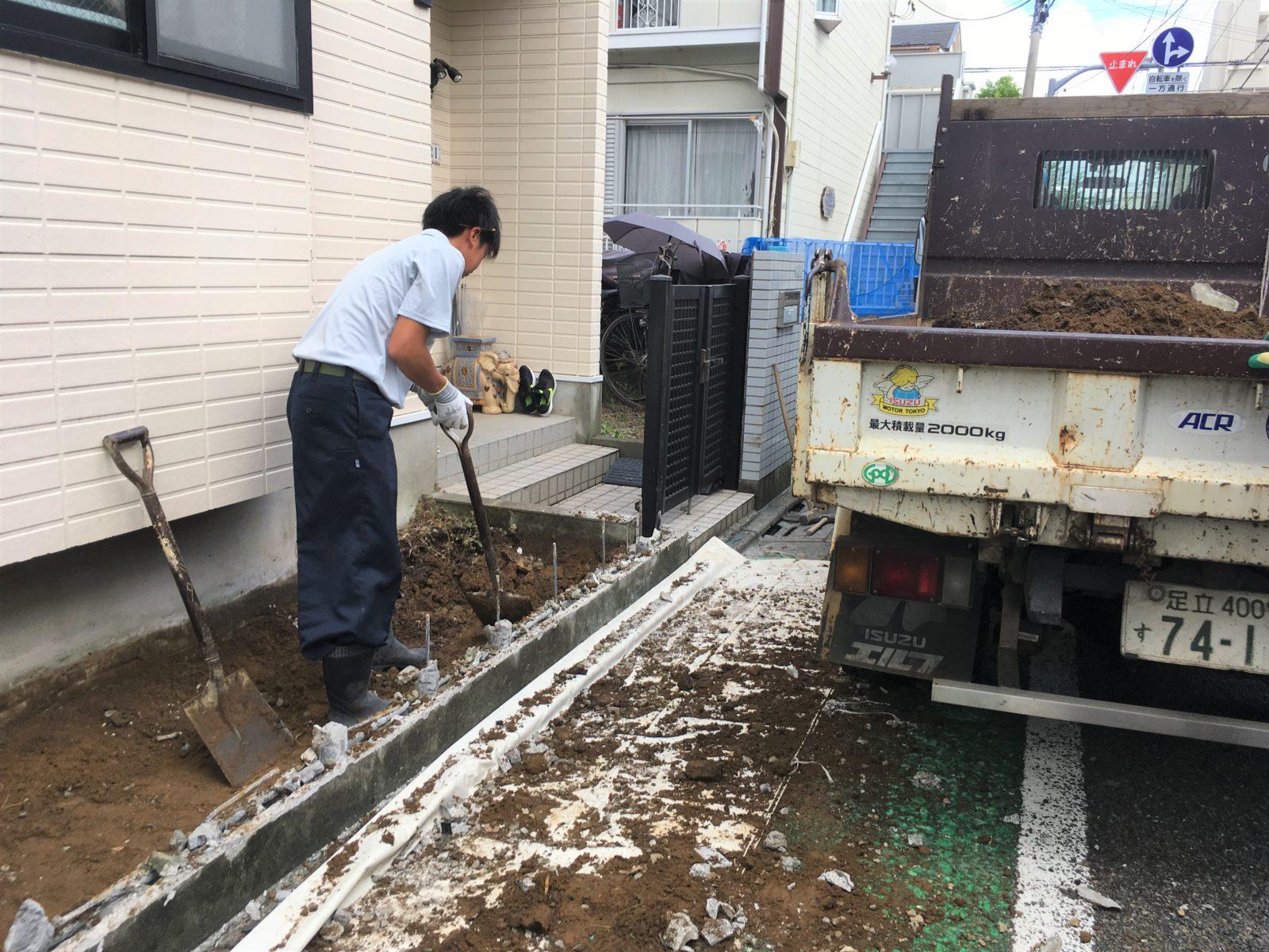 コンクリートが入るように土を掘っている様子