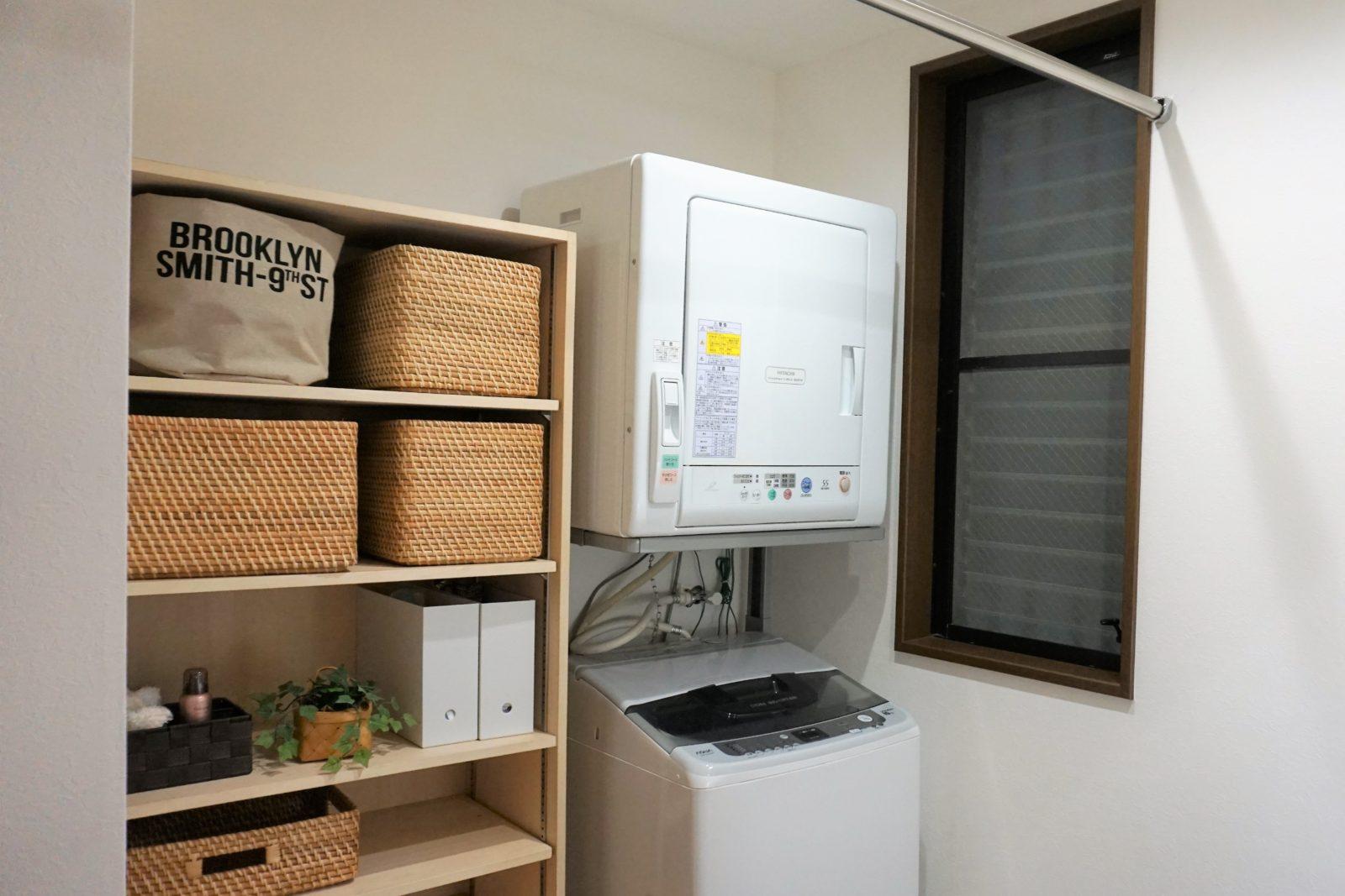 大工が造る収納棚には家族の着替えもたっぷり+部屋干し用のパイプ