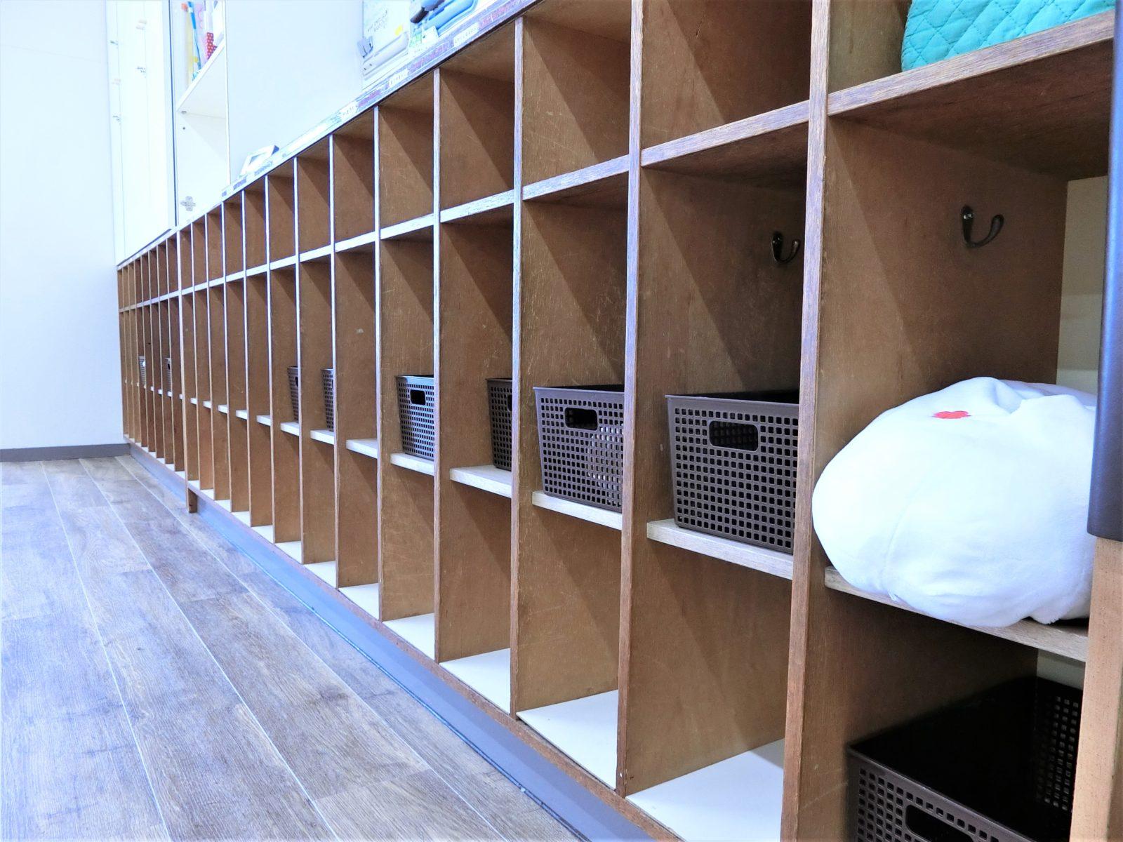 自然素材の棚と床の色を合わせてオシャレに