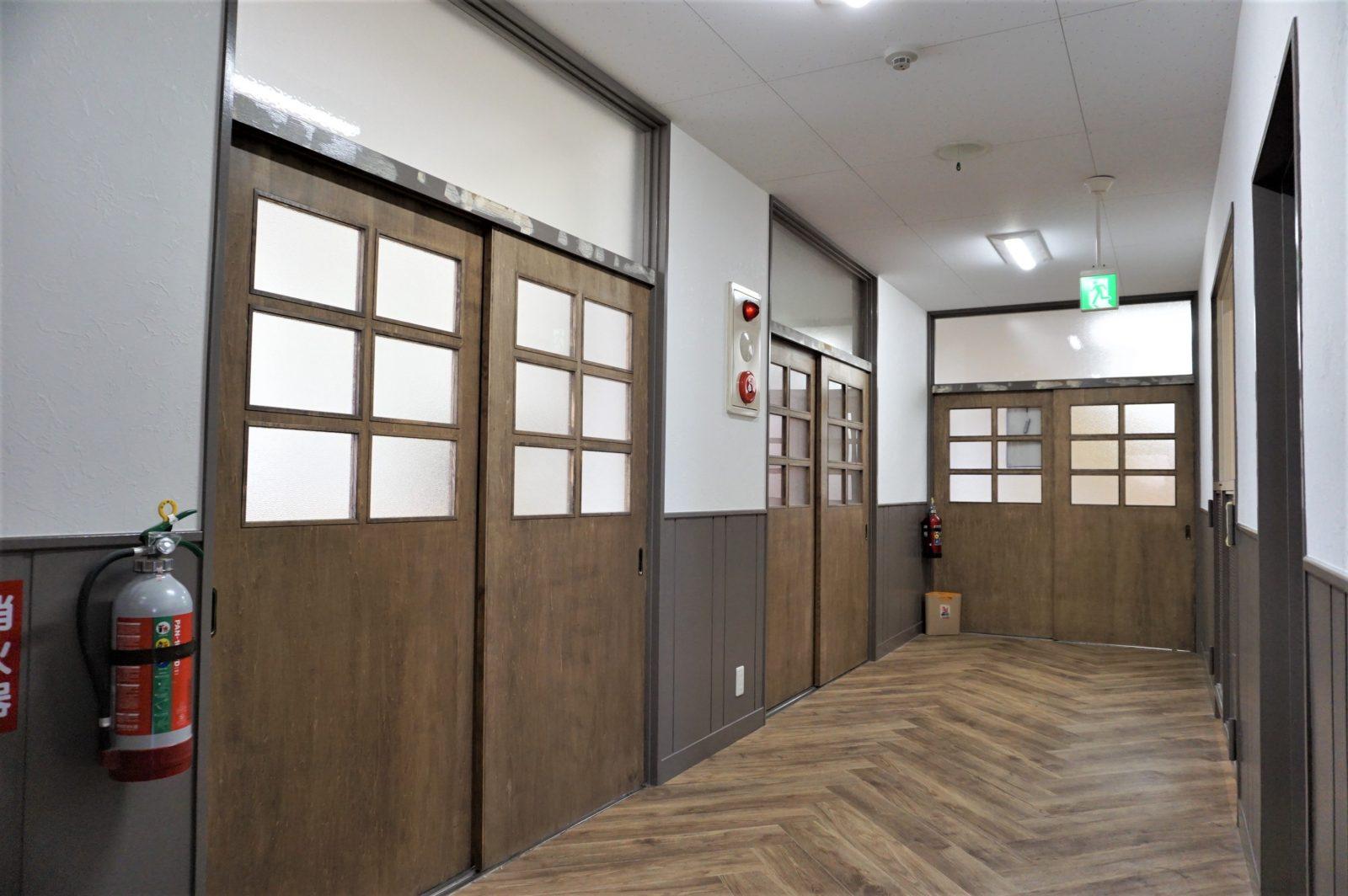 自然素材を使ったドア-シンプルなデザインの廊下