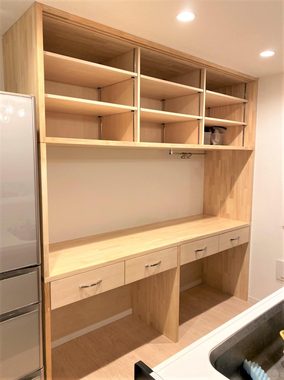 上部は変幻自在の可動式棚、下部はイスやゴミの分別にも便利