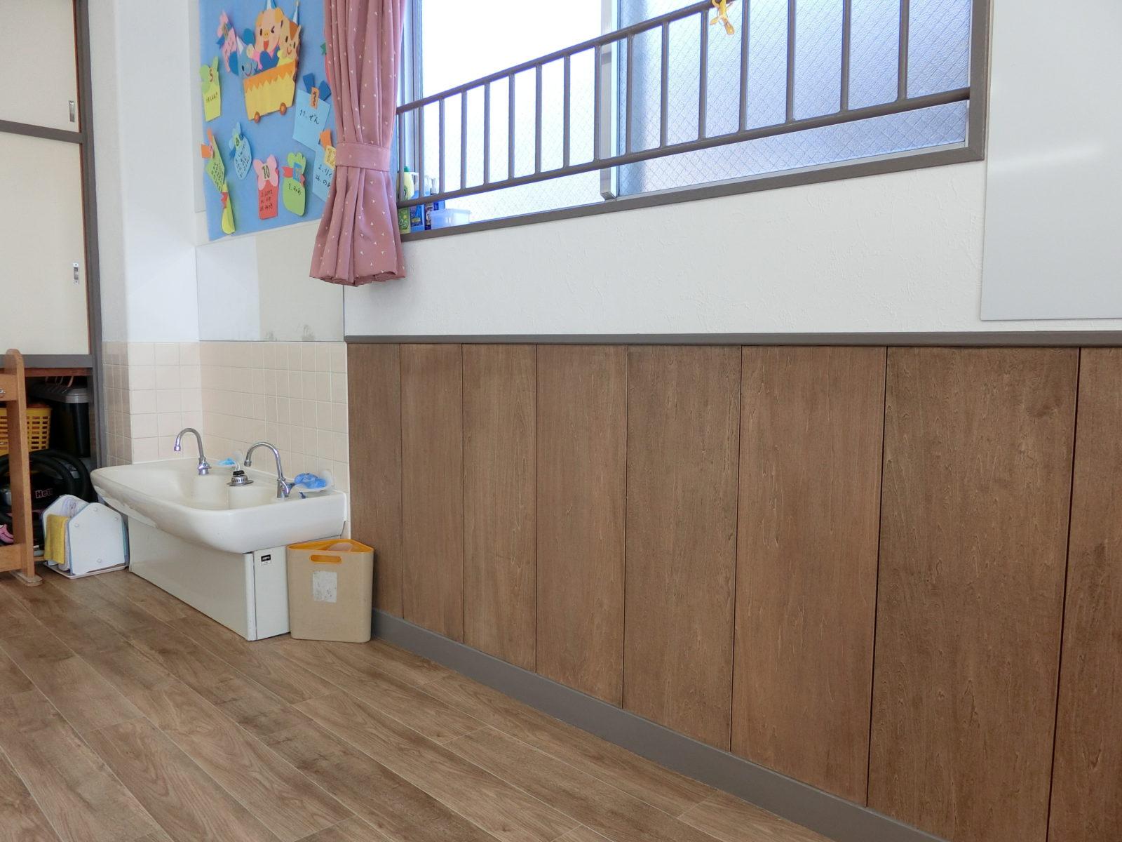 保育室には触り心地のよい自然素材の腰壁