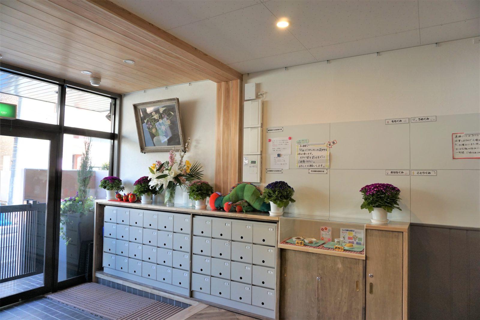 自然素材の棚とフチなしでスッキリとしたホワイトボード