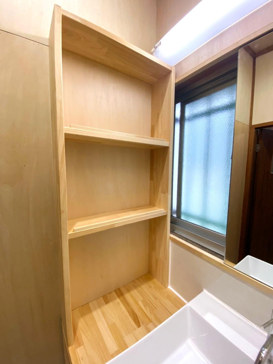 洗面脱衣室ー棚も窓台もカウンターも職人の技できれいな仕上がり