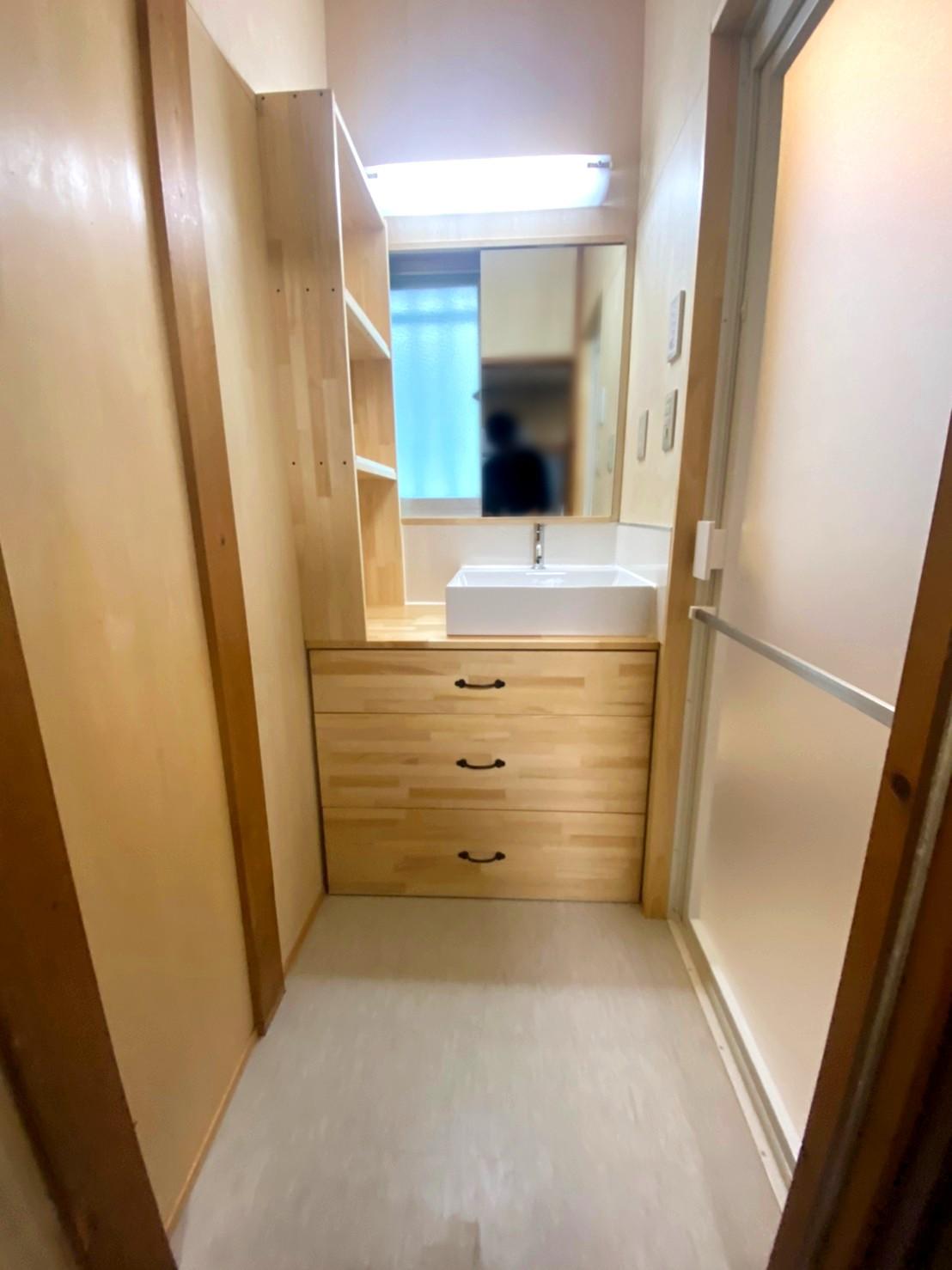 洗面脱衣室ー木の仕上げがナチュラルな雰囲気の洗面室