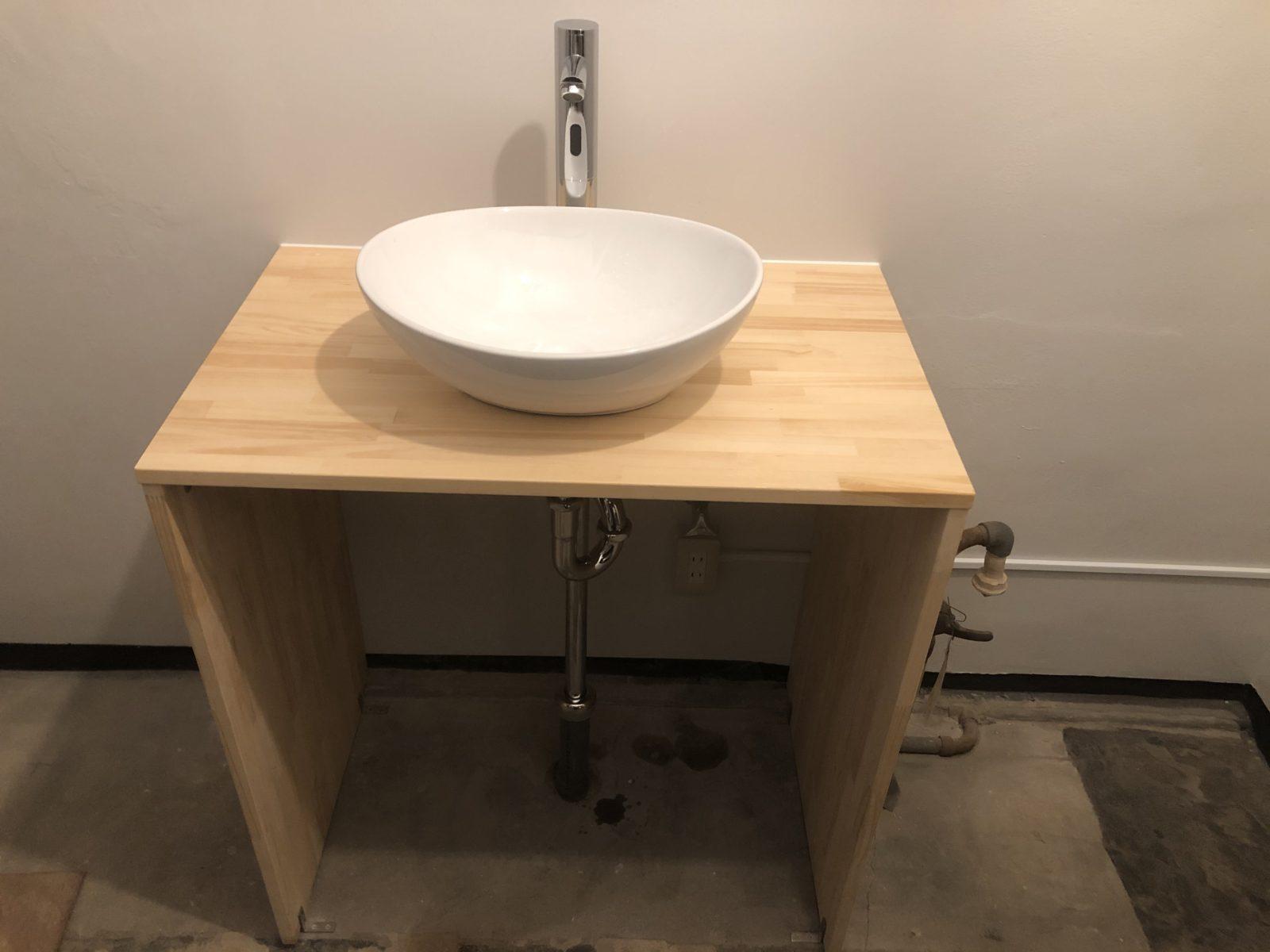 パイン集成材の造作洗面台です。