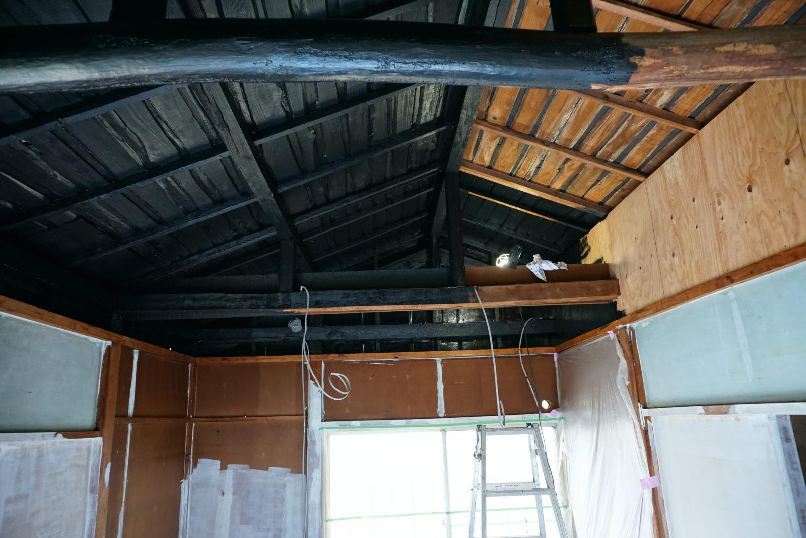 【施工中】2階は大きな梁・屋根裏をきれいに塗装して古民家カフェ風へ