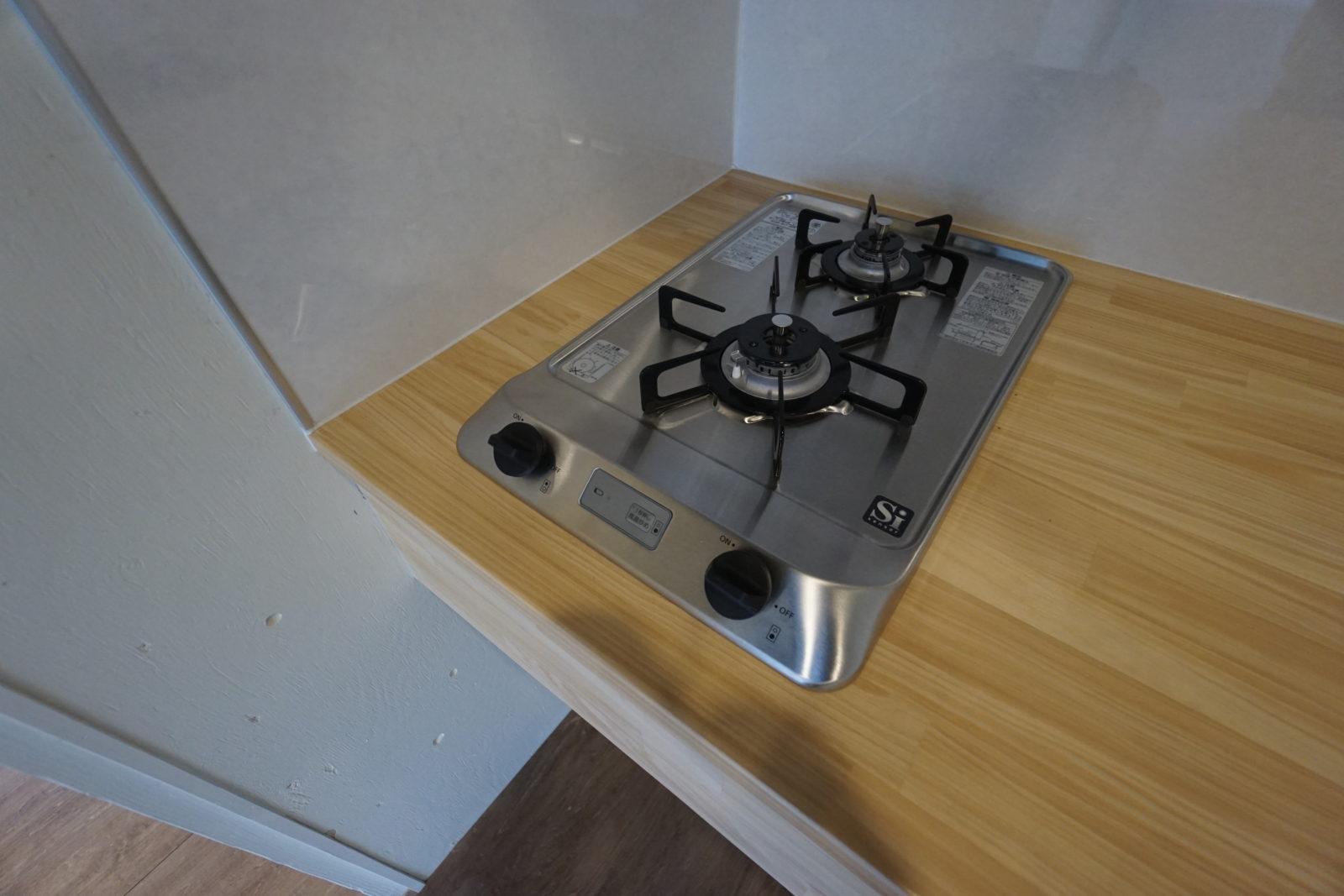 造作キッチンはパイン材なので自然素材とコンロの組み合わせがおしゃれ
