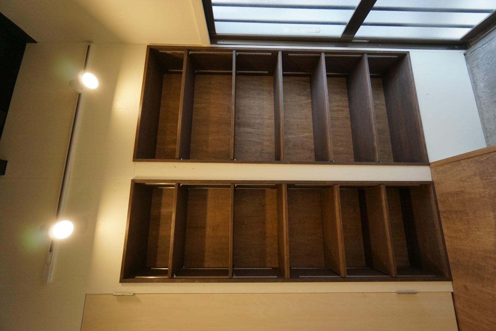 可動式棚板でブーツもスニーカーもスッキリ収まる自然素材のおしゃれな玄関収納