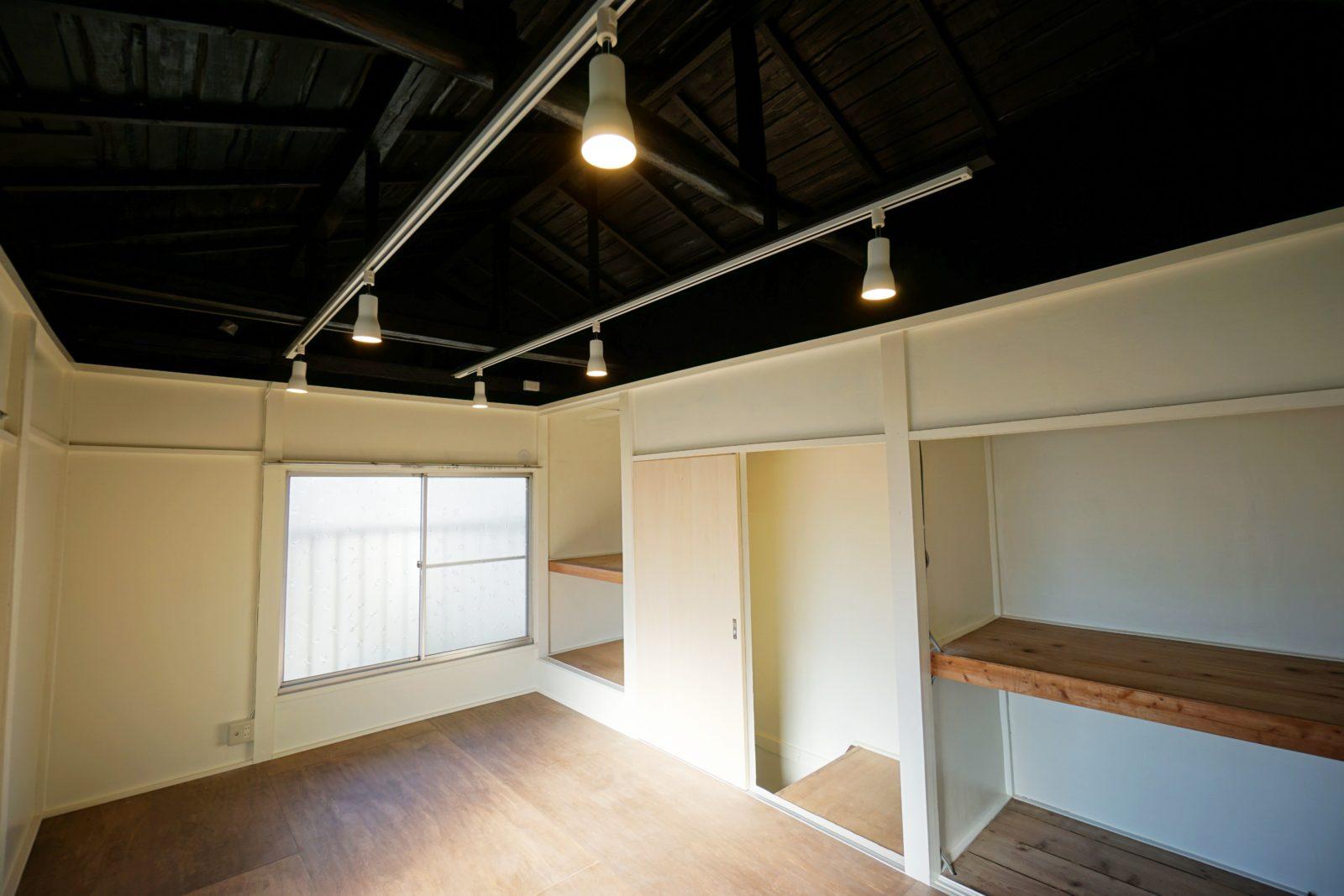 大きな梁が見える古民家カフェ風の洋室へ 和室からの間取り変更