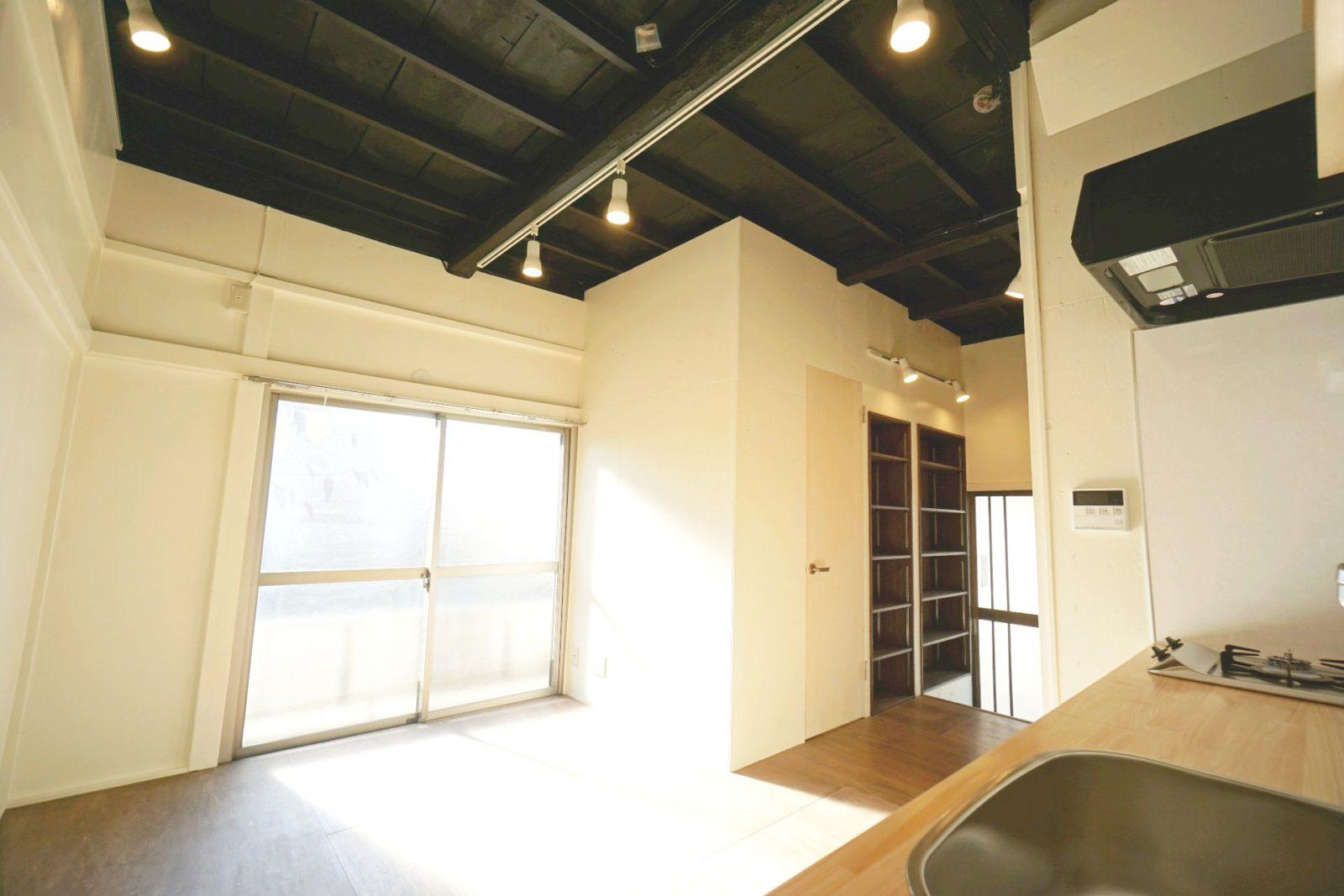 既存天井を解体し2階の床下地が見えるおしゃれなダイニングキッチン